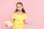 Kind hält Bücher in der Hand und blickt isoliert in die Kamera