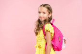 mosolygós iskolás lány hátizsák nézi kamera elszigetelt rózsaszín