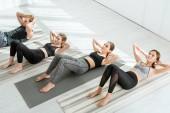 magas látószögű kilátás a fiatalok gyakorló jóga, miközben a sajtó-up