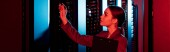 Photo panoramic shot of businesswoman holding clipboard and looking at server room