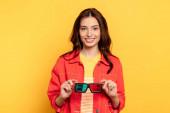 boldog fiatal nő kezében 3D szemüveg sárga
