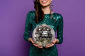kivágott kilátás boldog fiatal nő ruha gazdaság disco labda lila