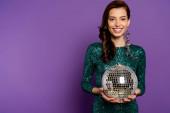 boldog fiatal nő ruha gazdaság disco labda lila