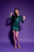 boldog fiatal nő party ruha tánc lila