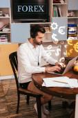 Szelektív fókusz szabadúszó ing és bugyi segítségével headset és laptop mellett papírok asztalra otthon, forex illusztráció