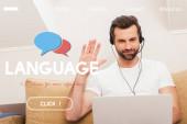 Selektiver Fokus eines lächelnden Telearbeiters in Headset, der während eines Videochats am heimischen Laptop winkt, Sprachillustration