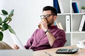 selektivní zaměření mladých podnikatelů, kteří pijí kávu jít při studiu dokumentu na pracovišti