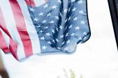 Az amerikai zászló szelektív fókusza ablaküveg közelében