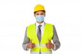 Ingenieur mit Bollenhut und medizinischer Maske zeigt Daumen hoch isoliert auf weiß