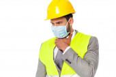 Nemocný inženýr v klobouku a lékařské masky dotýkající se krku izolované na bílém
