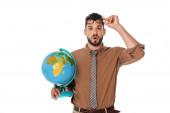 Schockierter Lehrer mit Brille und Globus auf weißem Grund