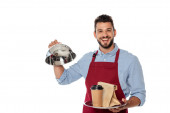 Fröhlicher Kellner mit Pappbecher und Tüte auf Tablett und Tellerdeckel isoliert auf weiß