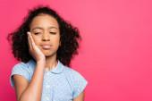 roztomilý kudrnatý africký americký dítě s bolestí zubů izolované na růžové