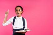 sokkos afro-amerikai iskolás lány szemüvegben gazdaság könyv és bemutató ötlet gesztus elszigetelt rózsaszín