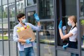 Férfi kezében bevásárló táska, miközben integetett az eladó a városi utcában
