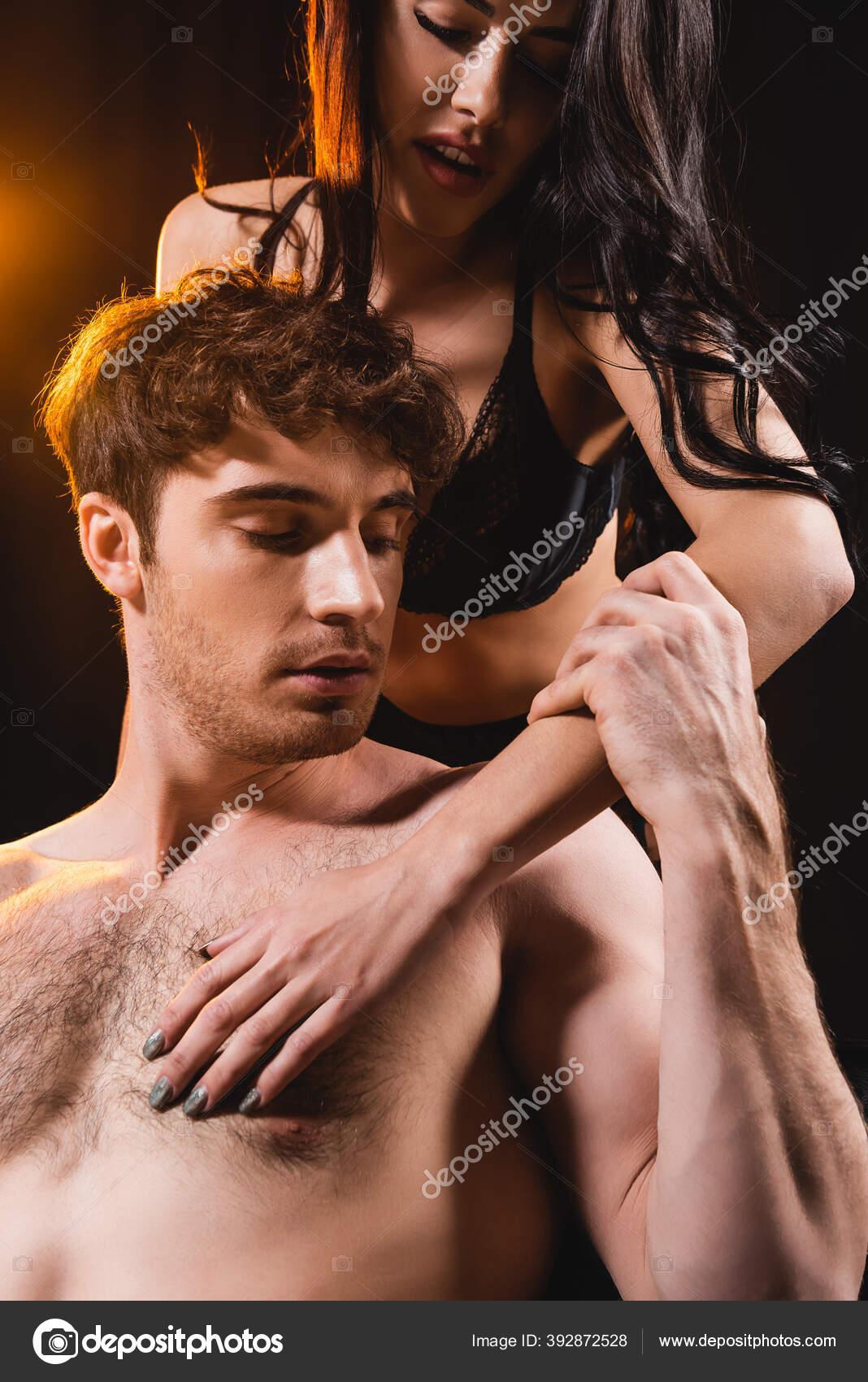 Женщина в кружевном белье с мужчиной массажер от лактостаза