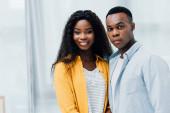 africký americký pár při pohledu na kameru doma