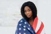 afro-amerikai nő borított zászló amerikai nézi kamera
