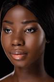 portrét nahé africké ženy dívající se stranou izolované na černé