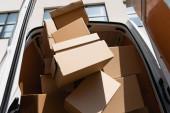 Nízký úhel pohledu na kartonové krabice v kamionu s otevřenými dveřmi na městské ulici