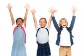 Fotografie aufgeregten multikulturellen Schulmädchen und Schuljungen mit erhobenen Händen isoliert auf weiß