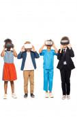 Fotografie multikulturelle Kinder in Kostümen verschiedener Berufe berühren Virtual-Reality-Headsets isoliert auf weiß