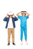 Kinder berühren Virtual-Reality-Headsets isoliert auf weiß