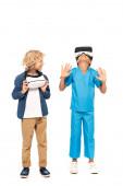 Fotografie Lockenkopf schaut Kind in Virtual-Reality-Headset an und gestikuliert isoliert auf weißem Hintergrund