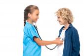 oldalletekintés a gyermek jelmezben orvos vizsgáló szőke fiú elszigetelt fehér