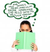 afrikanisch-amerikanisches Schulmädchen blickt in die Kamera, während sie Buch in Gesichtsnähe hält, isoliert auf weißer, illustrierter Sprechblase mit Sprachen