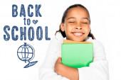 Afričanky americká školačka usmívá se zavřenýma očima, zatímco drží knihy izolované na bílém, zpět do školy ilustrace