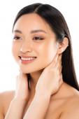 Portrét mladé asijské ženy dotýkající se krku izolované na bílém