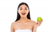 Photo Excited young asian woman looking at camera and holding apple isolated on white