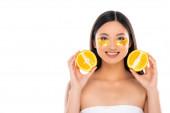 fiatal ázsiai nő arany szem foltok az arcon gazdaság felének friss narancs izolált fehér