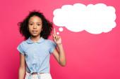 lockiges afrikanisch-amerikanisches Kind zeigt Idee Geste nahe Gedankenblase Illustration auf rosa