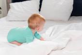 selektivní zaměření kojeneckého dítěte v batoleti plazit se v posteli