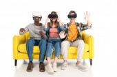 Photo Multiethnic teenagers smiling while using vr headsets on white background