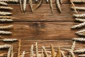 horní pohled na pšeničné uši rám na dřevěném pozadí