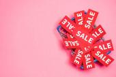 horní pohled na prodejní štítky v nákupním košíku na růžový, černý pátek koncept