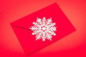 pohled shora sněhová vločka a obálka na červeném pozadí