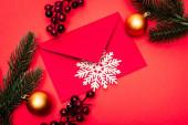 felső nézet a karácsonyi dekoráció és boríték piros háttér