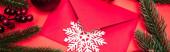 felső nézet a karácsonyi dekoráció és boríték piros háttér, banner