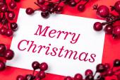 boldog karácsonyi lapot és bogyók piros háttér