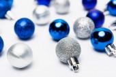 modrá, stříbrná vánoční ozdoba na bílém pozadí