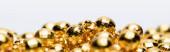 zlaté vánoční dekorace izolované na bílém pozadí, prapor