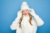 mosolygós gyönyörű nő télen fehér ruha elszigetelt kék