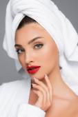 žena s ručníkem na hlavě a červené rty izolované na šedé