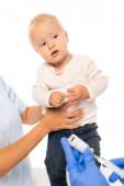 Selektiver Fokus des Vaters hält Jungen in der Nähe von Kinderarzt mit Impfstoff und Spritze isoliert auf weiß
