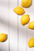 pohled shora z citronů na dřevěný stůl