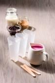 Fotografie Zutaten für das Kochen der Beeren-Eis-Pops auf hölzernen Hintergrund